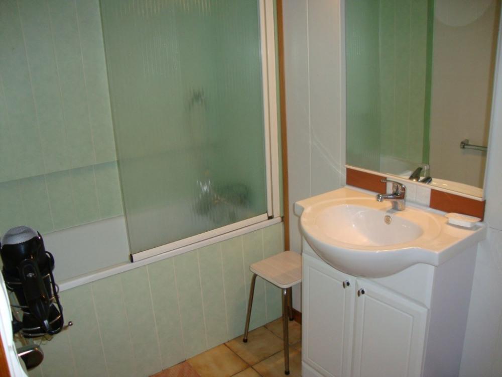 A gauche la salle de bain