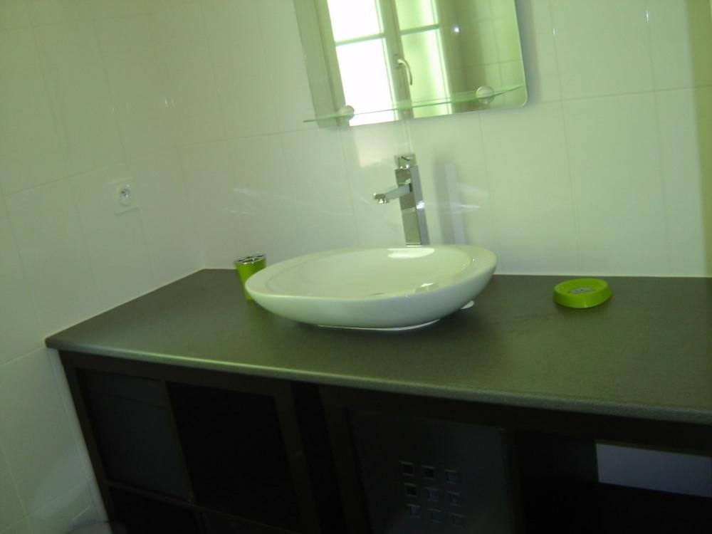l'espace rangement et lavabo dans la salle de bains