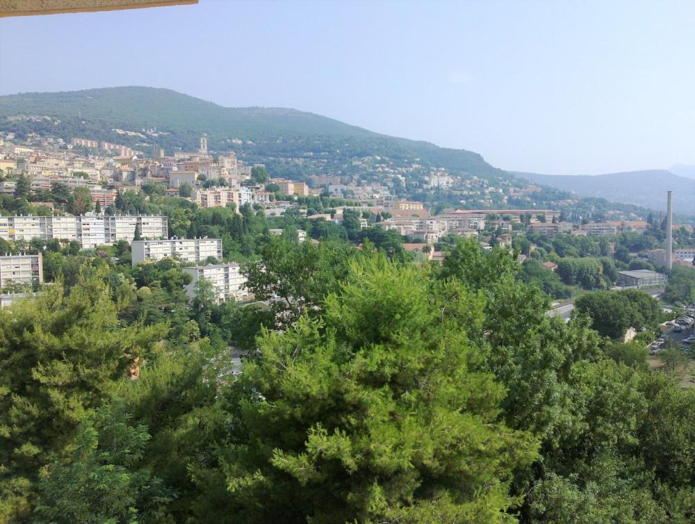 Large vue de la plaine de Grasse et de la vieille ville depuis la terrasse