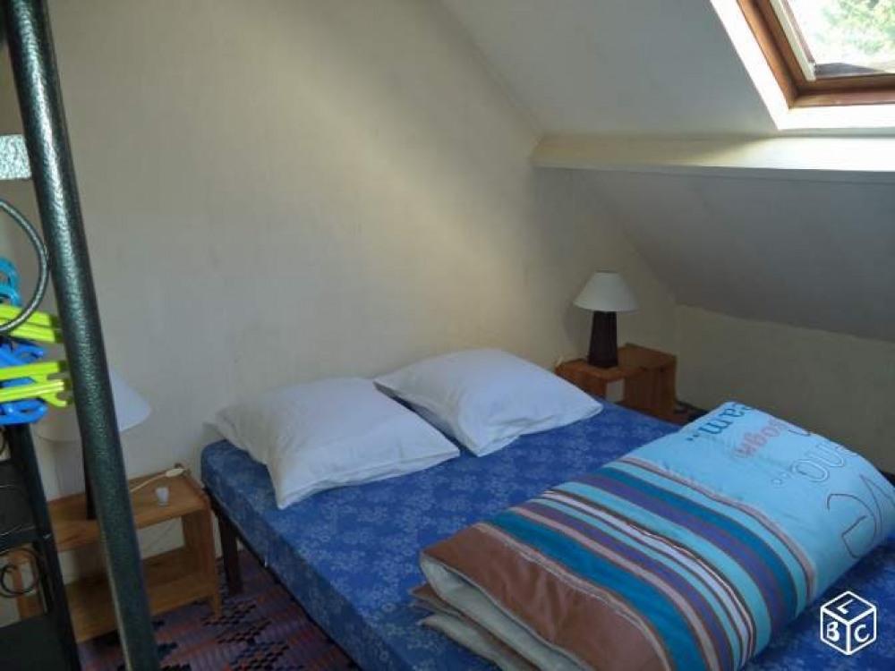 chambre a coucher mezzanine avec lit de 2 personnes.