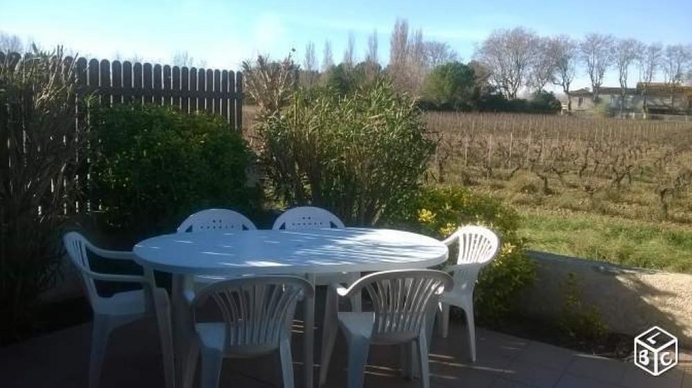 Terrasse ensolleillée avec vue sur vignobe
