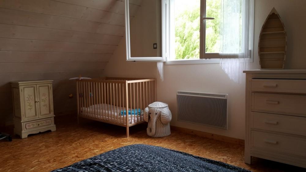 Espace bébé dans la chambre avec grand lit de l'étage