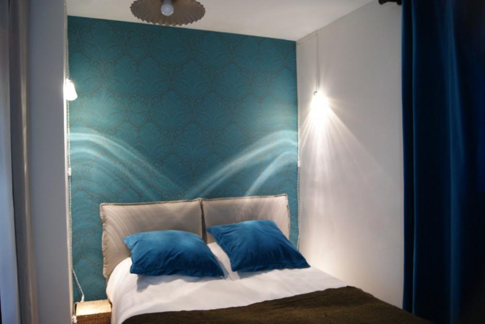 Cette chambre est dotée d'un grand placard de rangement. Le lit est en dimens...