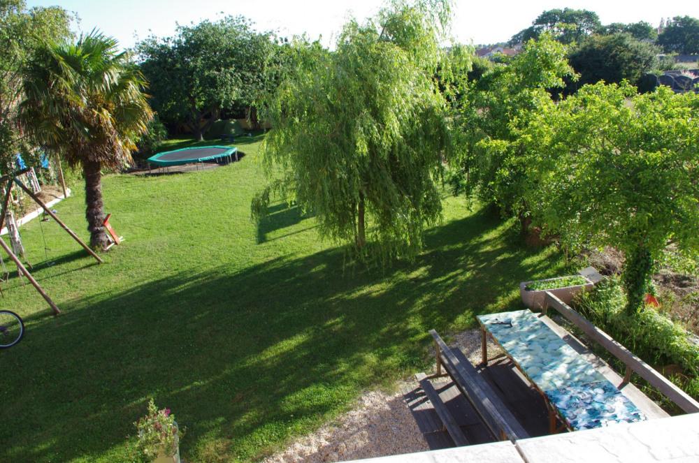 Vous avez accès au jardin par votre baie vitré privé. BBQ à disposition.