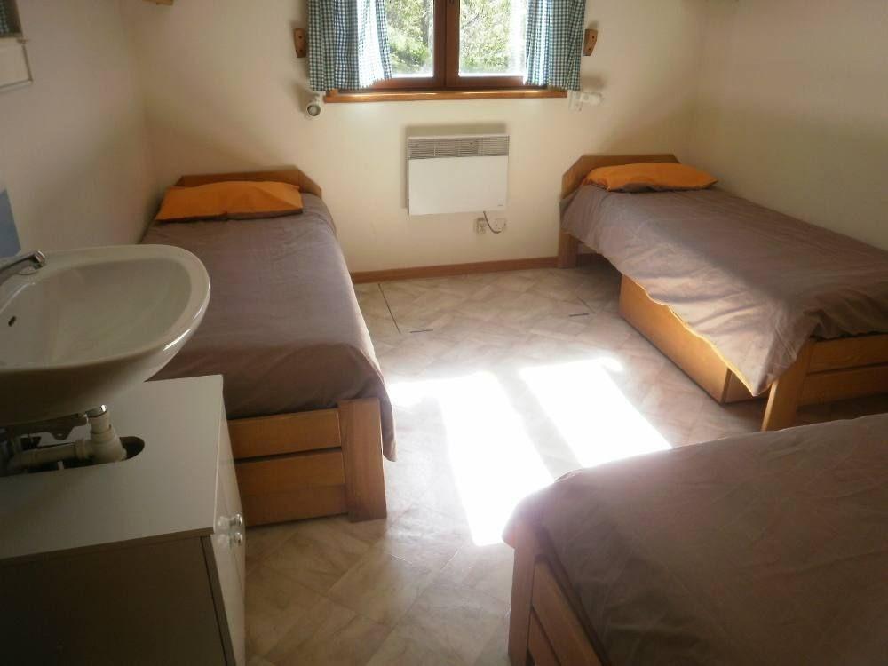 Chambre, on peut descendre un lit supplémentaire, c'est un lit suspendu.