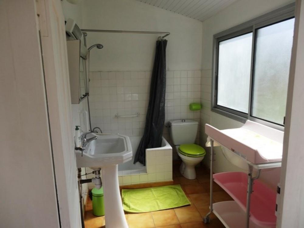 La salle de bain du Rez-de-chaussée avec la table à langer