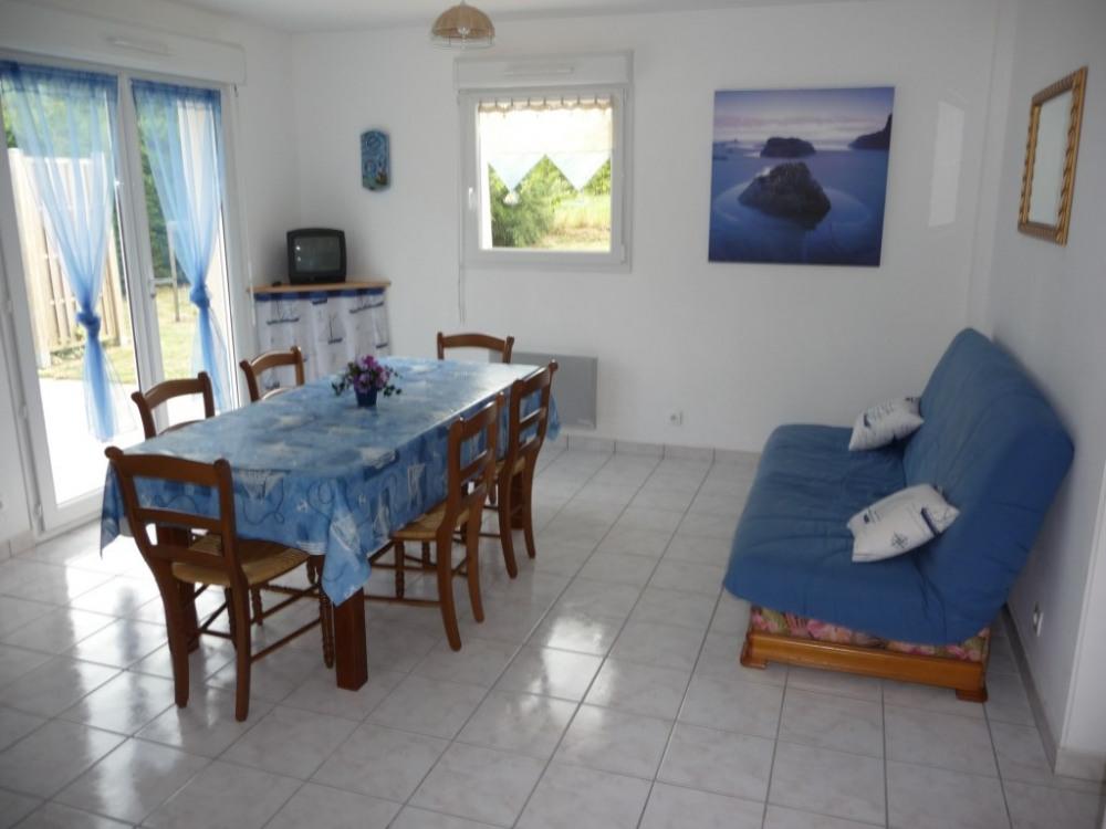 Séjour/salle à manger avec baie donnant sur la terrasse dans le jardin