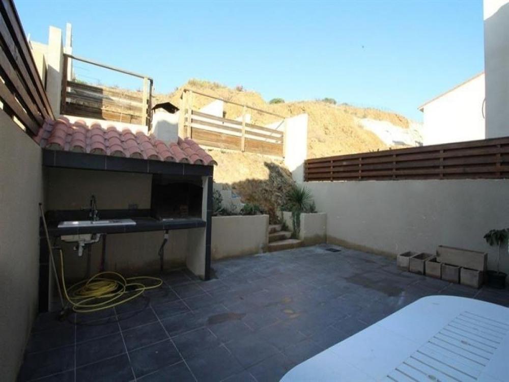 FR-1-309-115 - Villa moderne avec piscine, grande terrasse et garage.