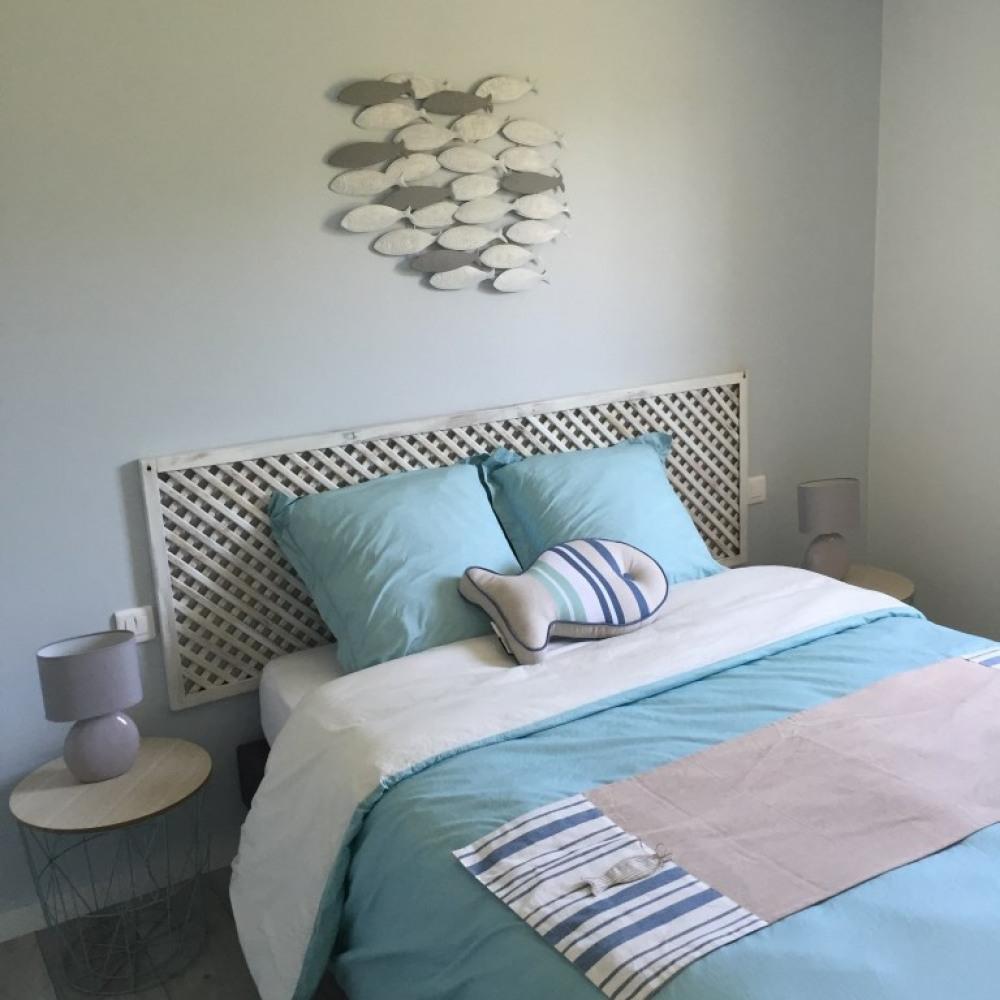 chambre lit (140) décorée avec soin