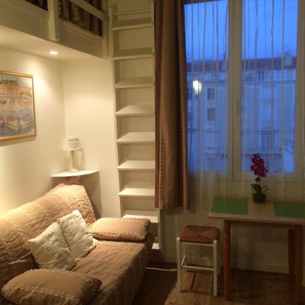 salon avec canapé lit coin repas et TV