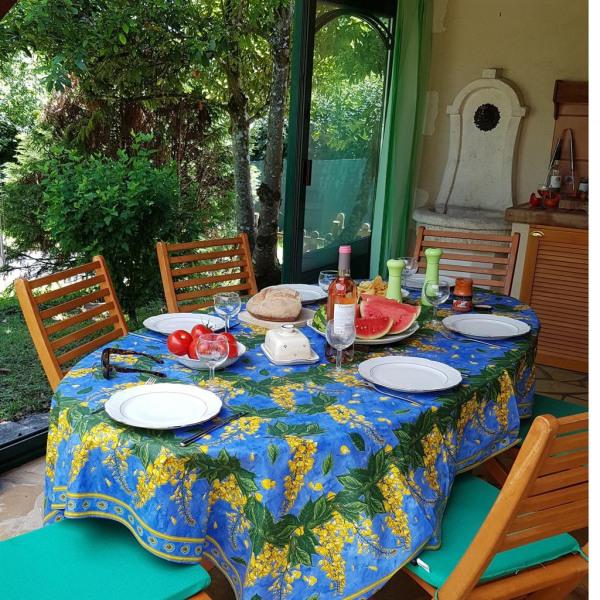 repas dans la véranda qui comporte un barbecue