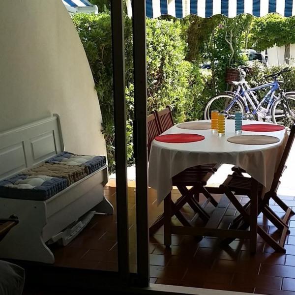 Terrasse couverte avec table de jardin
