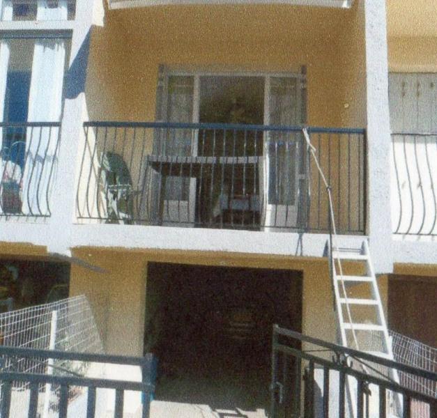 façade de l'immeuble avec balcon et garage en dess