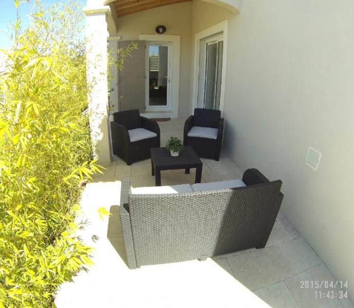 Petite terrasse devant l'entrée