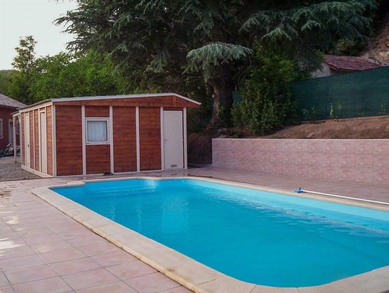 aire piscine, maison derrière