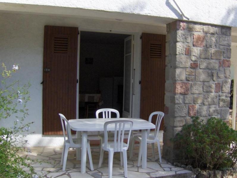 Rez-de-chaussée de la maison du propriétaire avec terrasse, terrain clos.