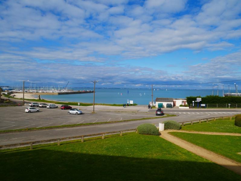 A 100m de la plage, ce beau deux pièces rénové de 50m² situé au 1er étage d'une résidence calme avec VUE MER