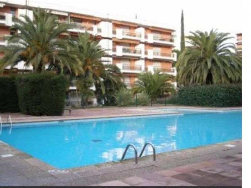 Dans  un grand parc ,proche du centre-ville et du port, appartement dans résidence calme et sécurisée avec piscine