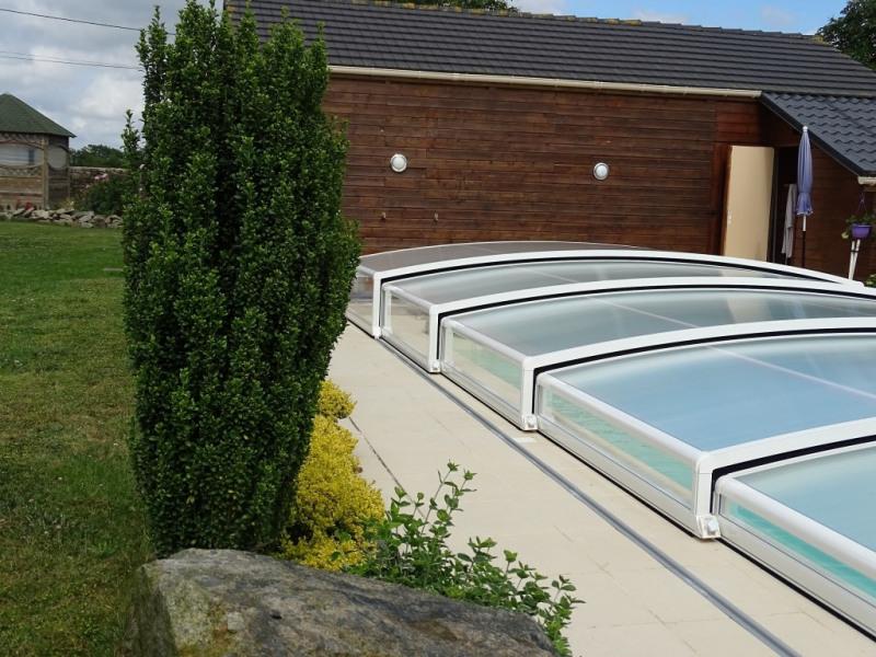 La piscine fermée par son dôme