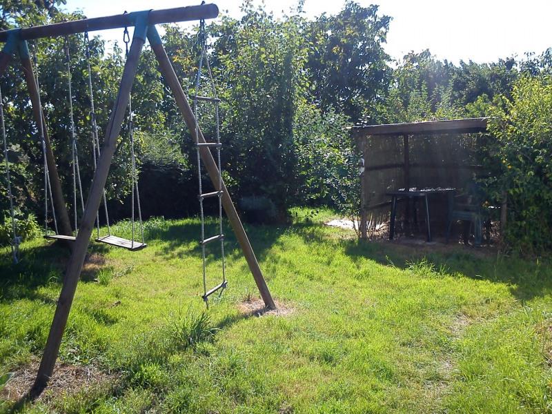 jardin extérieur, equipé d'une balancoire, barbecue et une pergola