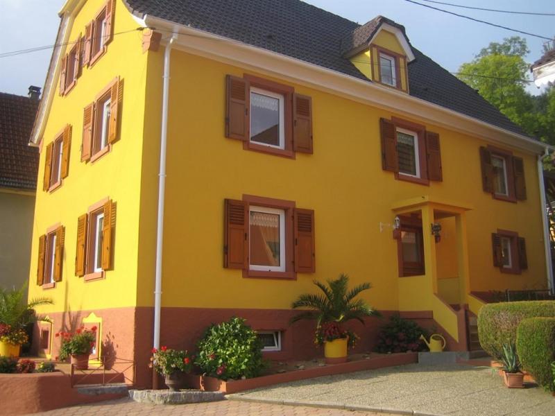 La façade côté cour privée et l'entrée de la maison
