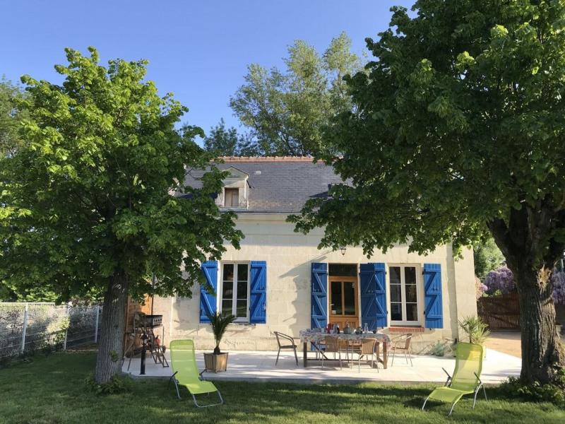Maison en pierre de Tuffeau dans grand espace de verdure