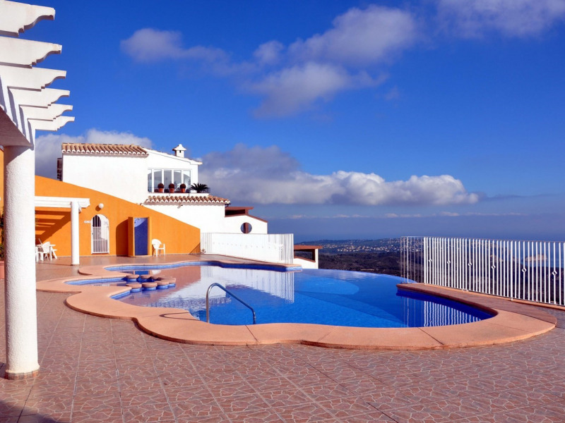 2 grandes piscines à débordement avec une vue plongeante sur la mer.