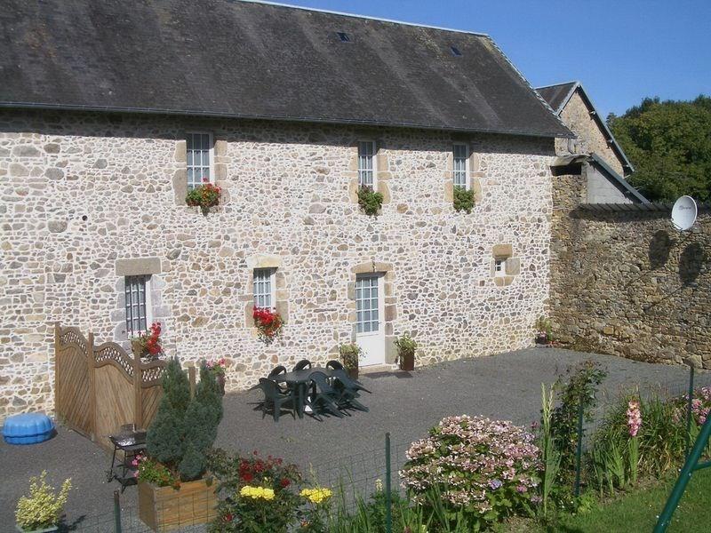 Gîtes de France La Métaierie 2 - Une charmante entrée arborée introduit les hôtes dans un cadre bucolique très tranqu...