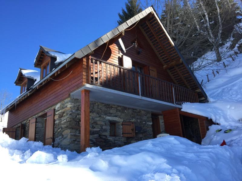 Le chalet sous une épaisse couche de neige et un ciel bleu magnifique
