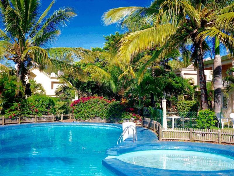 La piscine au bout du jardin