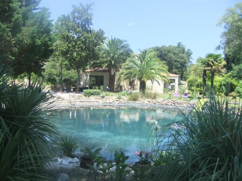 Vue sur bassin de baignade et villa