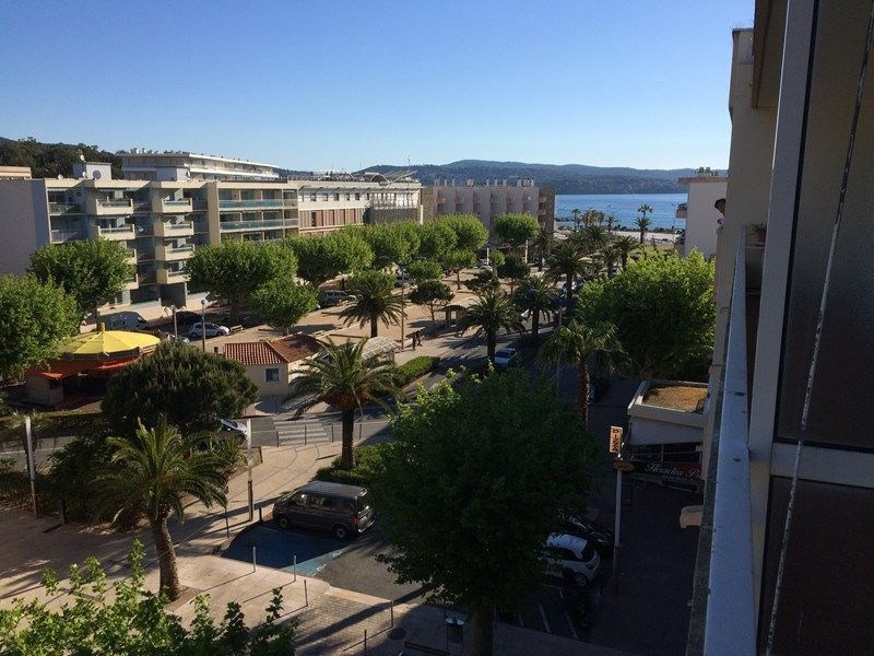 Très bel appartement climatisé et rénové avec goût en plein centre ville et proche des plages avec garage