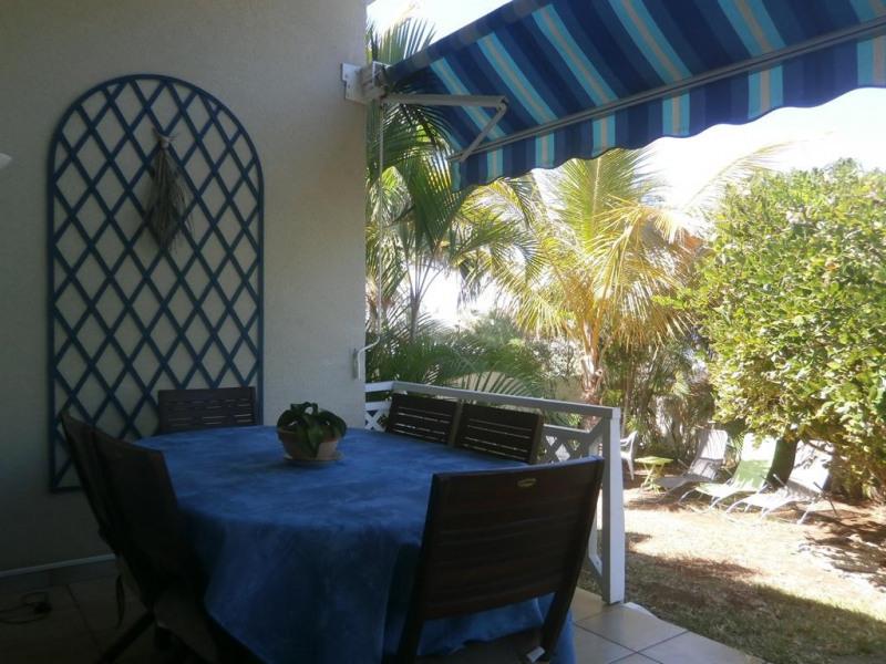 Terrasse côté mer : table  repas  ( 8 pers )
