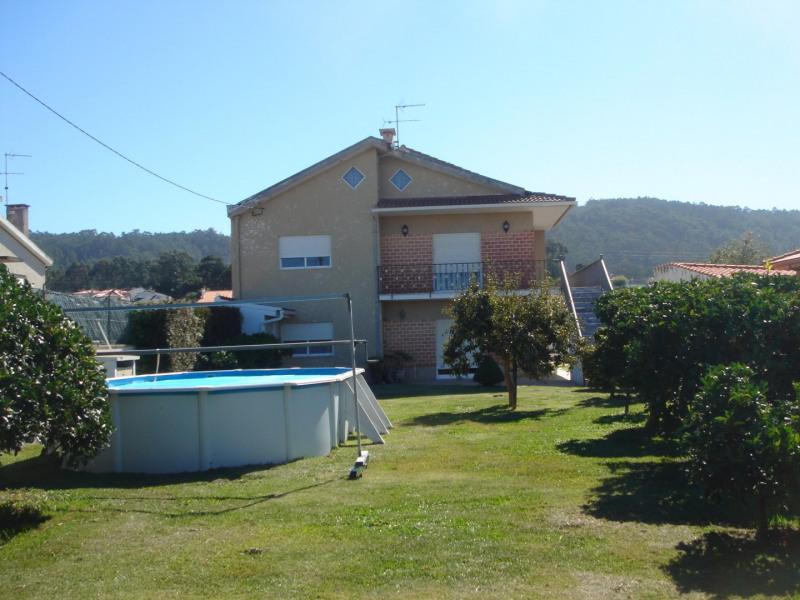 Vue avant de la maison avec jardin et piscine