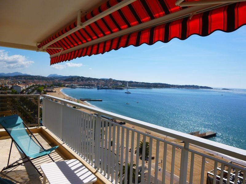 In a luxury building facing the sea, close to shops and Port-Fréjus, Apartment F2 corner in the 9th floor.