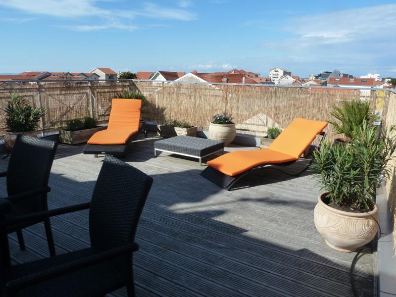 Belle terrasse avec bains de soleil