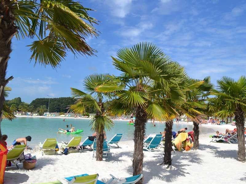 Location de mobil homes et de tipis meublés sur camping avec lagon-plage privé