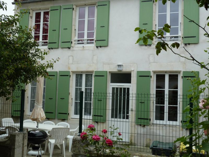 Grande maison confortable , très bien équipée, au cœur du village en secteur calme. Centre de l'Ile.