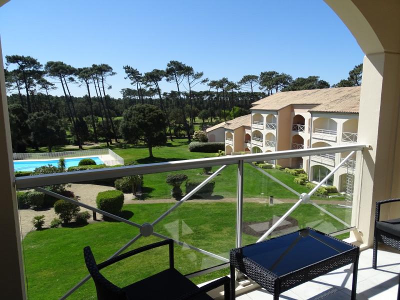 Balcon avec vue sur jardin, piscine et golf.
