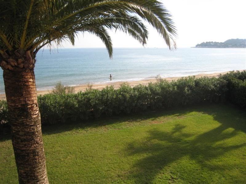 Directement sur la plage de Cavalaire, au milieu de la Baie, sur un terrain plat de pelouse et de...
