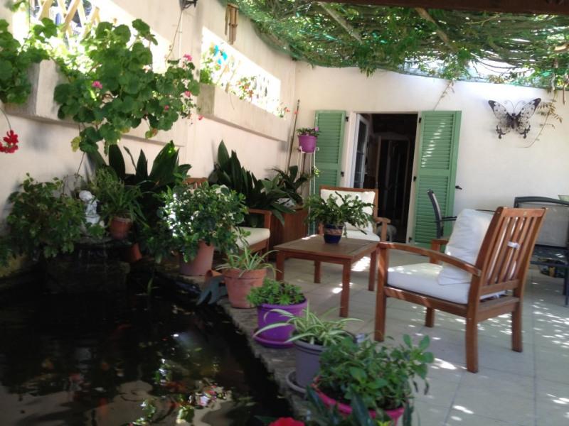 terrasse avec bassin et poissons rouges