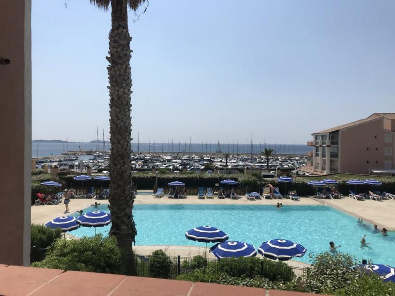 vue sur le port et la piscine
