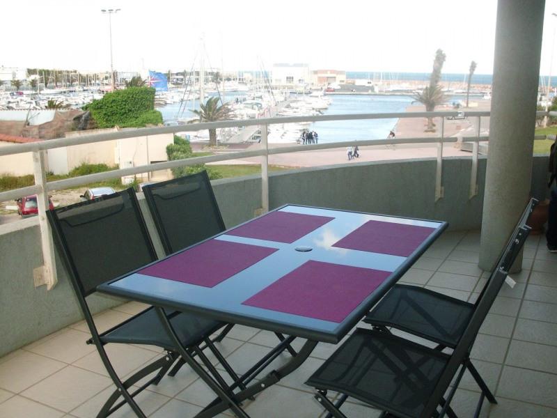 La terrasse vue sur port et sur plage