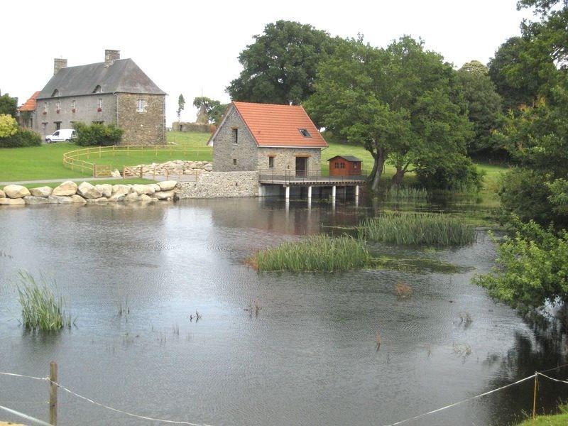 L'arrivée par le plan d'eau est un véritable enchantement pour ce gîte situé dans un cadre bucolique et reposant.