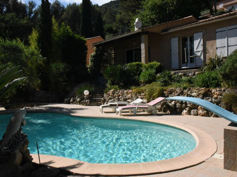 Vacances: piscine, jardin, mer, soleil, calme