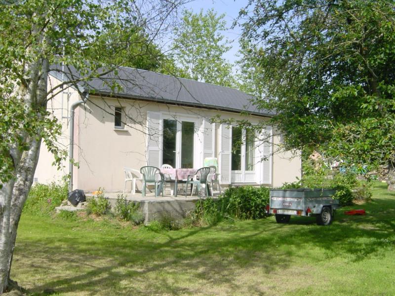 La petite maison dans le pré.  Maisonnette au milieu de la verdure, simple mais confortable. 4 personnes maxi.