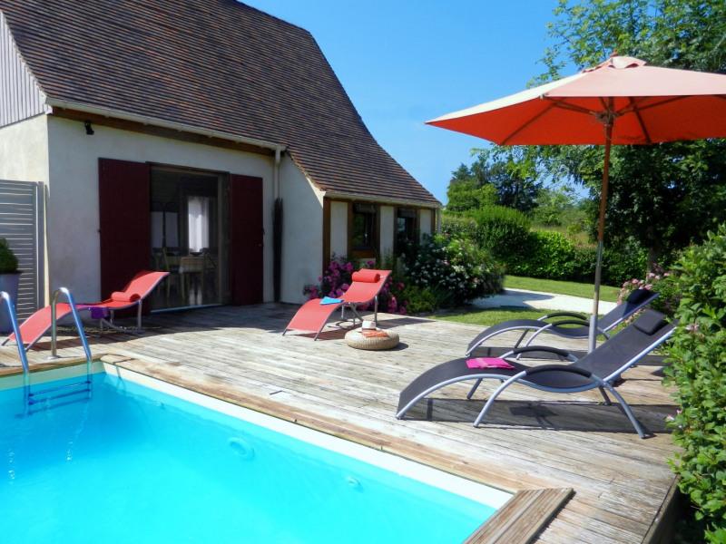 Maison de face avec terrasse et sa piscine