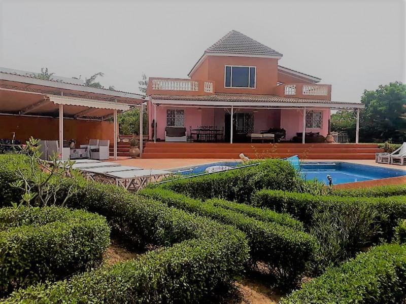 Villa vue d'ensemble avec le jardin