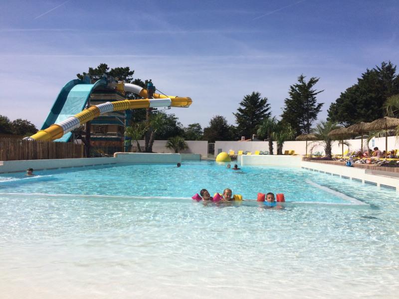 piscine à vague et toboggan