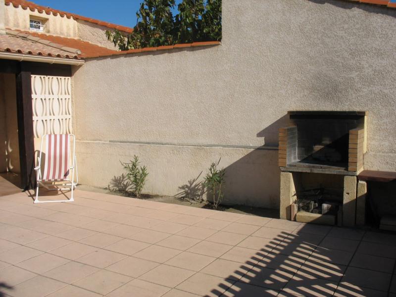 la terrasse en bas   avec le barbecue